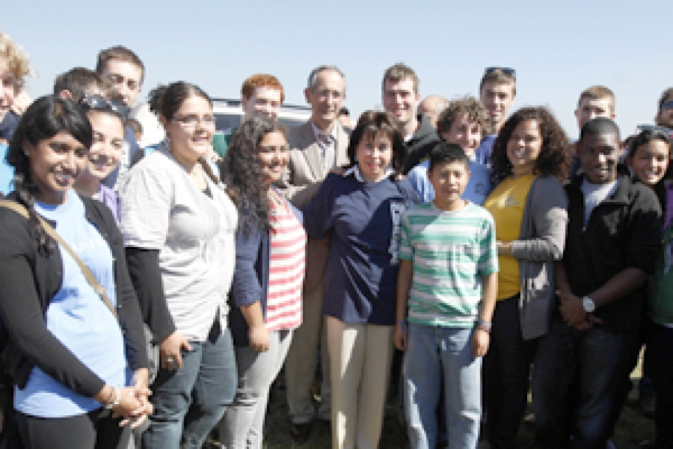 Students pose with the president and first lady of Guatemala.