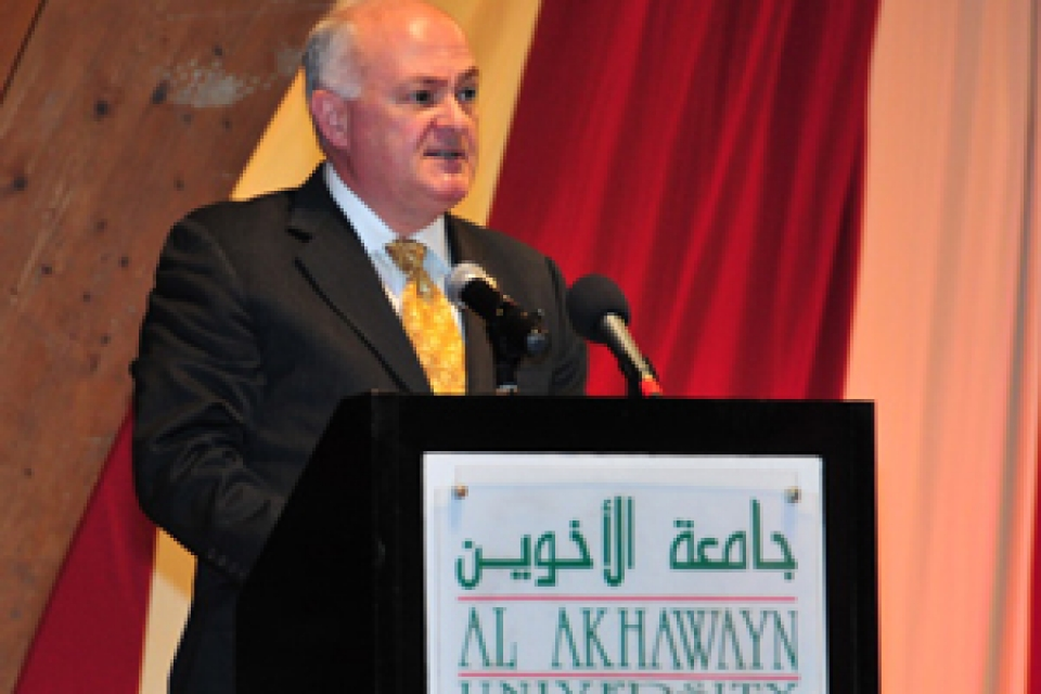 Steven Knapp speaking to students from podium at Al Akhawayn University