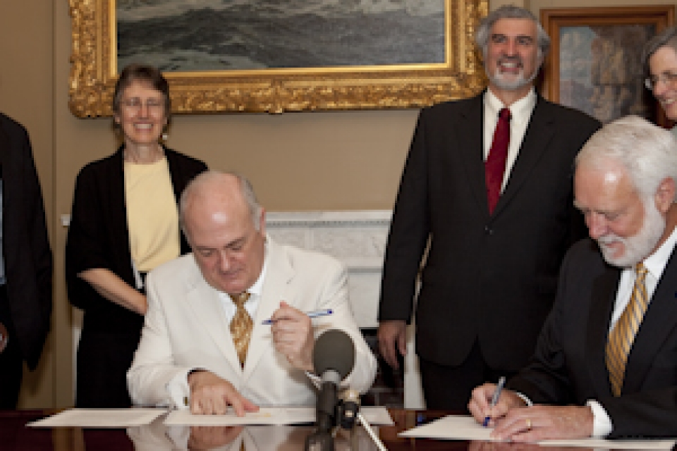 Signing of memorandum, with Steven Knapp and Wayne Clough at table with Steven Lerman and Peg Barratt looking on