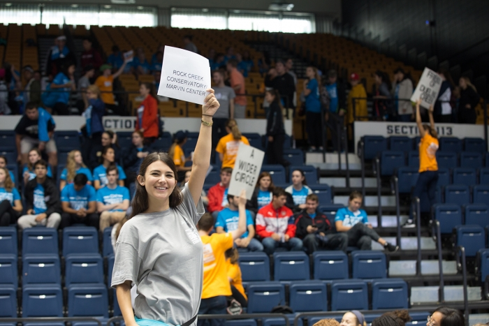 A student service leader welcomes freshmen to Convocation. (Photo: Zach Marin)