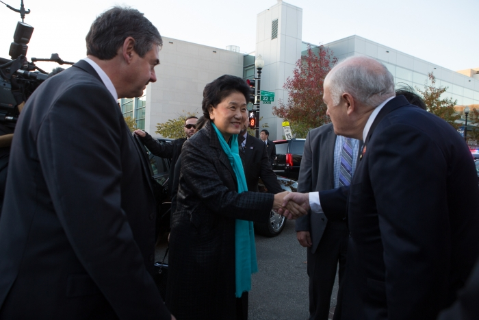 President Knapp greets Vice Premier Liu and Chinese delegates in front of the Confucius Institute.