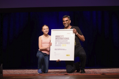 Greta Thunberg received the Ambassador of Conscience Award from Kumi Naidoo. (Andy DelGiudice/Amnesty International)